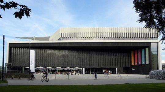 1200px-Linz-Innenstadt_-_Musiktheater